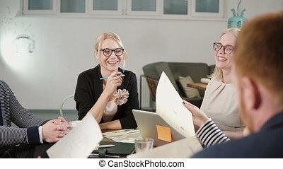 beau, bureau, business, impliqué, démarrage, créatif, conversation, équipe, table, blond, femmes heureuses