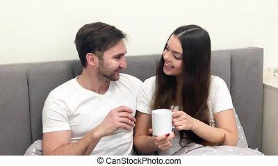 beau, café, couple, jeune, lit, boire, morning.