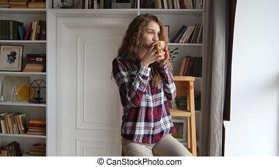 beau, café, femme, jeune, fenêtre, boire