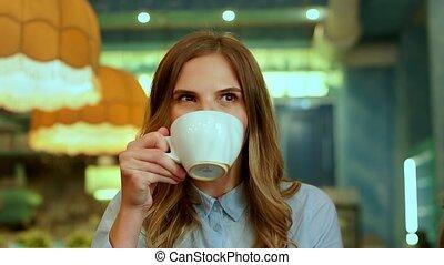 beau, café, femme, tasse, appareil photo, cappuccino, boire, sourire