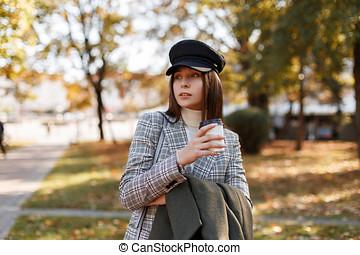 beau, café, mode, mode, ensoleillé, promenades, parc, jeune, automne, checkered, complet, girl, chapeau, jour