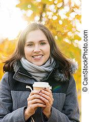 beau, café, parc, jeune, automne, girl, boire