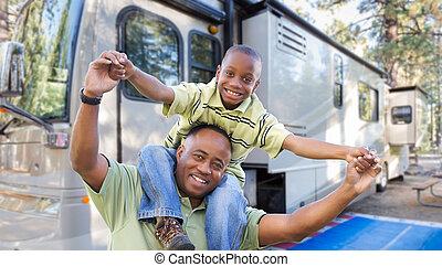beau, camping car, père, fils, leur, américain, campground., africaine, devant, heureux