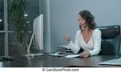beau, casque à écouteurs, bureau, femme affaires, jeune, asiatique
