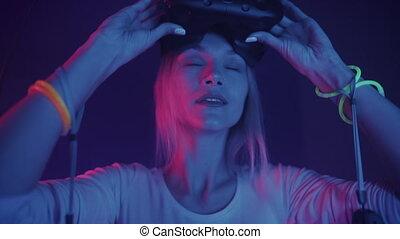 beau, casque à écouteurs, femme, enlever, jeune, réalité virtuelle, arrière-plan., éclairage, cyber, portrait