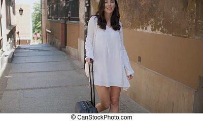 beau, chariot, marche, femme, rue ville, valise, petit