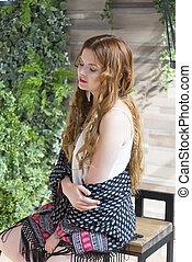 beau, chemisier, femme, shawl., bouclé, séance, bois, habillé, longs cheveux, élégant, portrait, chaise, studio., business, blanc rouge