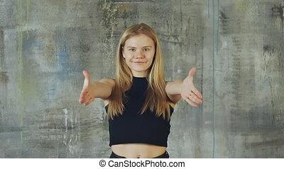 beau, cheveux, lent, blonds, danse, wall., mouvement, hiphop, activement, shooting., gris, girl, travaux, hands.