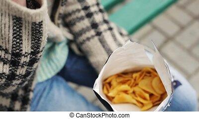 beau, chips., pomme terre, femme, prendre, mains