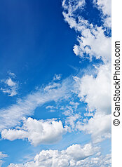 beau, ciel bleu, à, blanc lumineux, nuages