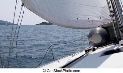 beau, ciel bleu, yacht, contre, eau, par, vent, va, coups, voiles, toile de fond