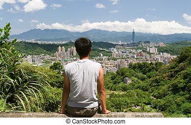 beau, cityscape, à, a, homme, asseoir, et, montre, loin
