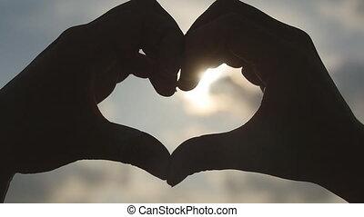 beau, coeur, mer, doré, sur, forme, été, femme, girl, bras, levers de soleil, lent, silhouette, elle, concept., vacances, plage., fetes, fond, mains, intérieur., mouvement, confection, sunset.