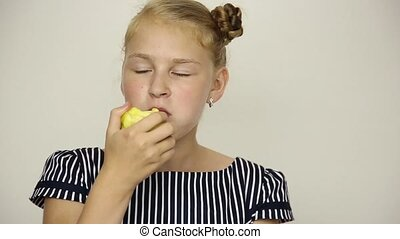 beau, concept, manger, apple., habillé, -, jeune, nourriture saine, dents, girl, fort, robe, rayé
