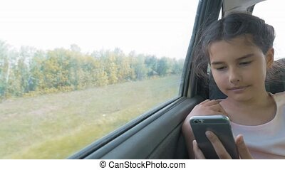 beau, concept, siège arrière, conversation, girl, ouvert, peu, lifestyle., voyage, long, sourire., numérique, percé, adolescent, carte, il, smartphone, séance, voyage, utilisation, gosse, voiture, mouvement
