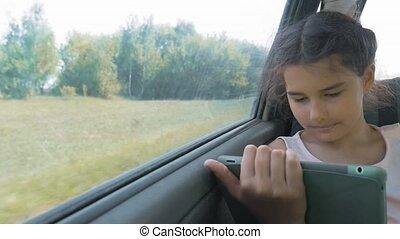 beau, concept, siège arrière, conversation, voiture., girl, ouvert, peu, tablette, voyage, long, sourire., numérique, percé, adolescent, carte, il, séance, voyage, utilisation, gosse, voiture, mouvement