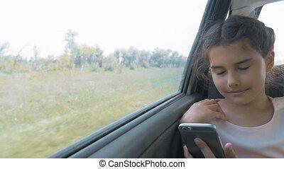 beau, concept, siège arrière, conversation, voiture., girl, ouvert, peu, voyage, long, sourire., numérique, percé, adolescent, carte, il, smartphone, séance, voyage, utilisation, gosse, style de vie, voiture, mouvement