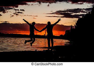 beau, concept, style de vie, romantique coupler, vieilli, vacances, promenade, milieu, plage., coucher soleil, retraite, apprécier, voyage, heureux