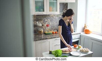 beau, conversation, téléphone portable, quoique, cuisinier, maison, fille souriante, cuisine