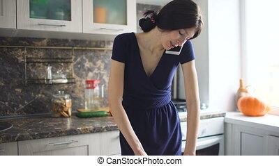 beau, conversation, téléphone portable, quoique, cuisinier, maison, sourire, pizza, girl, cuisine