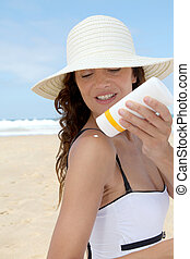 beau, corps, femme, elle, sunscreen, mettre, plage