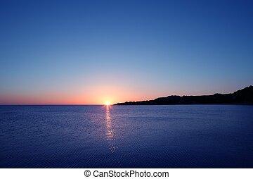 beau, coucher soleil, levers de soleil, sur, bleu, mer, océan, ciel rouge