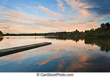 beau, coucher soleil, sur, automne, automne, lac, à, espace...