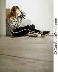 beau, couloir, école, femme, elle, téléphone portable, utilisation