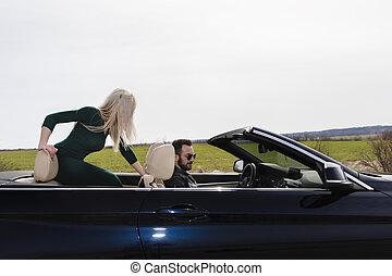 beau, couple, cabriolet, jeune, voyager