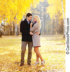beau, couple, ensoleillé, jeune, étreindre, jour automne, aimer