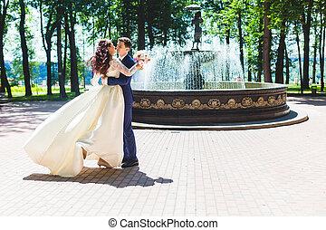 beau, couple, fontaine, nouveaux mariés