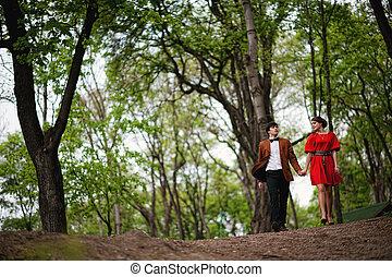 beau, couple, jeune, forêt