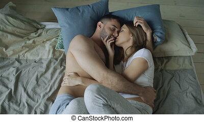 beau, couple, jeune, lit, matin, baisers, aimer