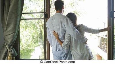 beau, couple, jeune, matin, regarder, terrasse, chambre à coucher, girl, embrasser, homme