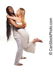 beau, couple mélangé, dans, aimer, embrasser