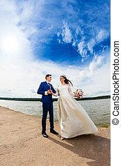 beau, couple, nouveaux mariés, lac