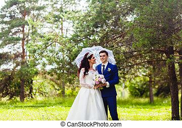 beau, couple, parapluie blanc, nouveaux mariés