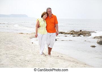 beau, couple, plage, mûrir