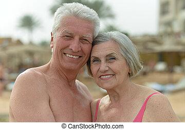beau, couple, plage, personnes agées, heureux