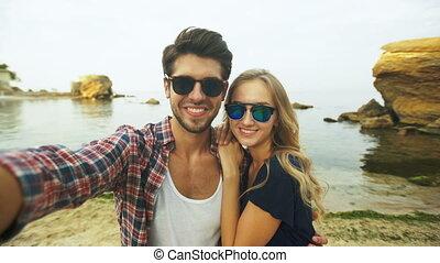 beau, couple, prendre, selfie.