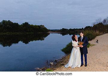 beau, couple, rivière, nouveaux mariés