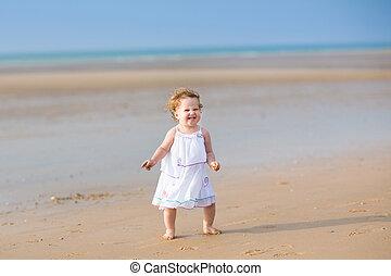 beau, course, bouclé, habillé, cheveux, dorlotez fille, robe, blanc