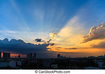beau, crépuscule, ciel, à, coucher soleil, sur, a, sombre, cityscape