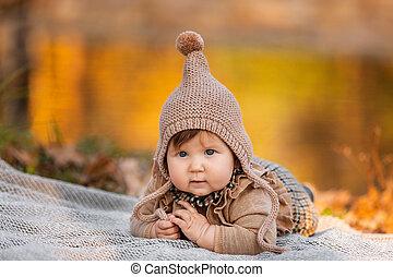 beau, day., plaid, ensoleillé, girl, pique-nique, pond., outdoor., joli, parc, girl., bébé, petit enfant, séance, automne