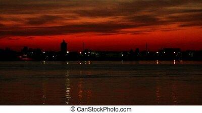 beau, dci4k., timelapse., ciel, été, panorama, sur, timelapse, volga-river, coucher soleil, astrakhan, cityscape, rouges