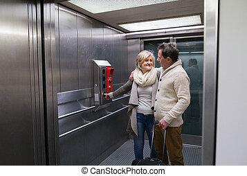 beau, debout, bagage, couple, moderne, ascenseur, personne agee