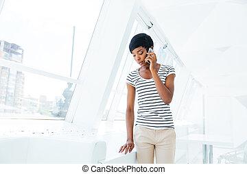beau, debout, bureau, conversation, femme affaires, téléphone portable