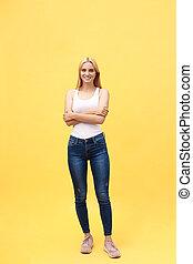 beau, debout, entiers, photo, isolé, jaune, regarder, arrière-plan., longueur, femme, traversé, appareil photo, sourire, mains