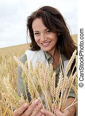 beau, debout, femme, champ blé