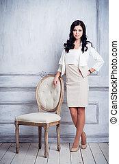 beau, debout, femme, coup, chaise, mur, robe, jeune, décoratif, court, luxe, devant, antiquité, moulures, mode, blanc